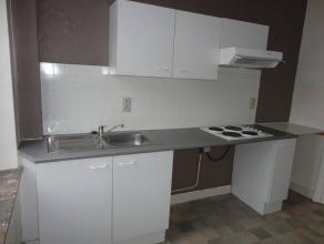 Appartement équipé de chassis de fenêtre PVC double vitrage, chauffage au gaz.Salle de bain avec w-c, baignoire, lavabo. Lire la s