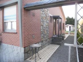 Situé à quelques pas du centre de Herve, cet agréable bungalow vous offre: Hall d'entrée carrelé avec wc visiteurs;