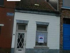 AV.Jemappes, petite maison composée de: salon,sam avec coin cuisine,petite sdb,cour,jardin 2 petites chambres.Faire offre à partir de 45