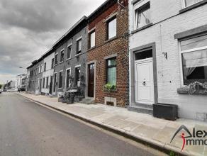 Maison de rangée 2 façades en bon état avec terrasse et jardin, située dans un quartier calme et proche de toutes commodit