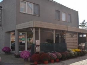 Handelsruimte 210m² (op heden bloemenzaak) met winkelruimte, kantoor, bijkomende ruimte snijbloemen en ruimte bloemstukken, toilet, keuken, 2 ops