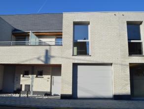 Ruime nieuwbouw gesloten bebouwing te centrum Maldegem op 157m² met op het gelijkvloers een inkom (vestiairekast onder trap), toilet, ruime livin