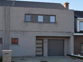 Nieuwbouwwoning in hoogwaardige materialen op 275 m² met op het gelijkvloers inkom, living met nieuwe open keuken die voorzien is van keramische