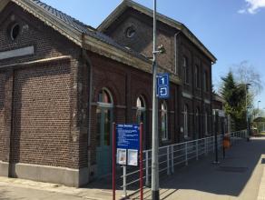 Het oude stationsgebouw werd omgebouwd naar een restaurant/horecazaak, penthouse, luxe appartement met tuin en appartement. De karaktervolle penthouse