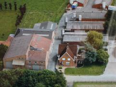 Woning met magazijnen en stallingen te koop te Lichtervelde op 65 are.  Voormalige veevoederfabriek met woning, vier varkensstallen, loods en pluimv