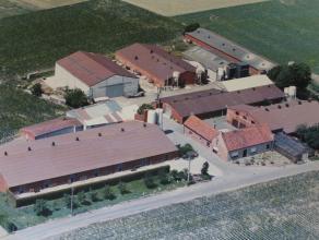 Gemengd kalver-, varkens-, kippenbedrijf op circa 5 tot 9 ha te koop te Lichtervelde<br /> <br /> Bestaande uit :<br /> <br /> - ruime woning, garages