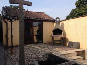 Une maison avec dépendance et jardin, située au calme. Composée d'un hall d'entrée lumineux, d'un living, d'une cuisine &e