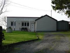 Frasnes-Lez-Buissenal, en pleine campagne, bungalow (plein-pied), avec garage, car port et jardin clôturé partiellement boisé, sur