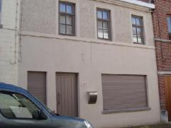 FRASNES (centre) : Dans un quartier calme, proche de tous commerces : Maison d'habitation mitoyenne, avec grande cour arrière. Composition : Au