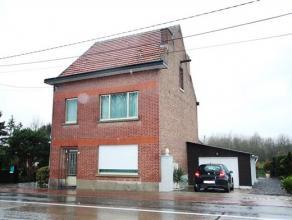 Zeer mooi onderhouden woning, 2 slaapkamers (mogelijk +2 op zolder) met tuin en garage (inrit langs Tiensesteenweg en Kasseiweg). Bestaande uit: GLVL: