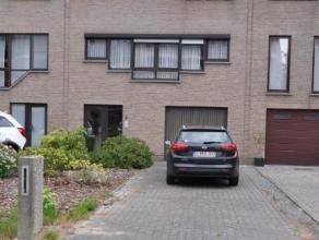 Zeer centraal gelegen ruime bel-etage met 3 slaapkamers, tuin en ruime garage in het hartje van Beveren. De keuken in deze woning werd nog recent vern