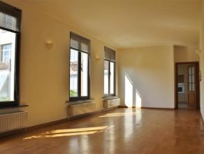 Licht, ruim en rustig appartement gelegen aan de achterkant van het gebouw met zicht op de binnentuin. Het appartement beschikt over een ruime woonkam