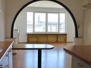 Op zoek naar een gezellig en licht appartement? Contacteer ons dan vandaag nog! Naast de zeer ruime woonkamer met open keuken, beschikt u over de slaa