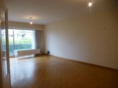 2 slaapkamerappartement op de 4de verdieping (80m²) nabij het Galgenweel (LO). Het appartement bestaat uit inkomhal met vestiaire, woonruimte en