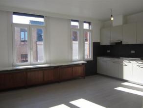 Dit net gerenoveerd 1 slaapkamer appartement is een echte buitenkans! De ruime kamers met veel lichtinval zorgen voor een open gevoel. Naast de woonka