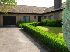 Gezellige gelijkvloerse villa op 576 m²( 175 m² bew opp) met inkom, living met open haard en toegang tot terras/tuin, ruime keuken met ontbi