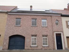 Recente en zeer ruime stadswoning in centrum Waregem met 5 (slaap)kamers, garage en zolder. zeer energiezuinig (EPC185 kWh/m²)! Ruime inkomhall m