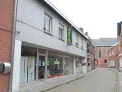 Ruime woning in hartje Wingene met 5 slpk en praktijk/bureel/winkel-mogelijkheden. Woongedeelte glvl: living met houtkachel, keuken, veranda en toilet
