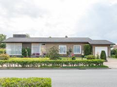 Bezoekje waard! Zeer verzorgde instapklare open bebouwing op 852m2 met zonnige tuin in centrum Beernem. Indeling: lichtrijke inkomhall, ruime living m