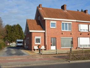 Degelijke halfopen bebouwing in het centrum van Beernem. Glvl: inkom, leefruimte, keuken, kelder, wasplaats, afzonderlijk toilet, veranda. Verdiep: 3