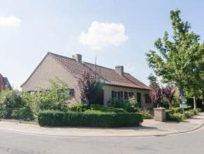 In het centrum van Wingene vindt u deze rustig gelegen open bebouwing met 3 slpk en mooie tuin! Glvl: inkom met gastentoilet, living met gashaard, keu