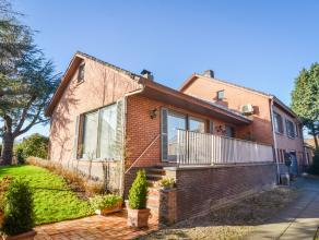 Zeer centraal en rustig gelegen woning met 4 slaapkamers, garage en zonnige tuin! De woning omvat een ruime living met open haard, een mooie vernieuwd