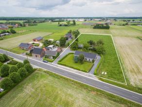 Landelijke woning met bijgebouw en weiland gelegen langs de weg van Wingene naar Herstberge. De woning omvat een ruime living & keuken, 3 slaapkam