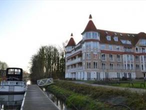 Prachtig en ruim appartement met zicht op de Dender. Centraal en rustig gelegen.Tevens geschikt voor assistentiewoning. Bestaande uit :Inkomhall met g