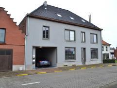 Het appartement is gelegen aan de kerk te Parike, deelgemeente van Brakel. Het situeert zich op de eerste en de tweede verdieping. Op het gelijkvloers