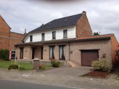 In Elst, een deelgemeente van Brakel verkopen we een grote halfopen bebouwing. De woning is gelegen in nabijheid van winkels en school. Op het gelijkv