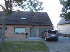 Deze ruime halfopen bebouwing is goed gelegen in de nabijheid van Oudenaarde. De woning omvat op het gelijkvloers de inkom, living, eetkamer, volledig