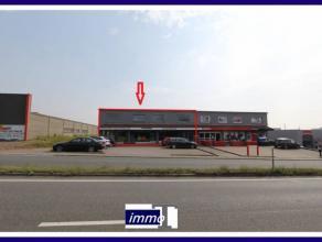 Surfaces mixtes à louer sises dans le zoning industriel de Fleurus le long d'une grand route de passage.Composées de :a. Rez de chauss&e
