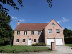 Belle villa de standing dans quartier Faubourg, vaste hall d'entrée, lumineux living avec feu ouvert et pierre de France, family room, parquet,