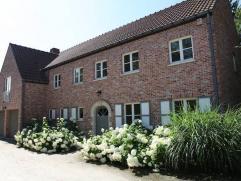 Très jolie villa de style classique sur beau terrain très privatif dans le quartier Faubourg, salon 40 m2 avec feu ouvert, salle &agrave