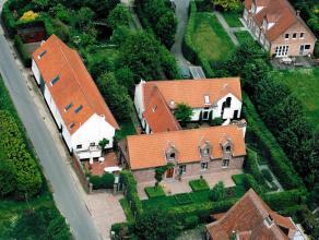 Het betreft twee authentieke landhuizen uit de 19e eeuw, die werden omgevormd tot dubbele hoeve met verschillende mogelijkheden: puur private bewoning