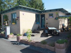 Deze bungalow is zeer charmant ingericht en wordt te bemeubeld te koop gesteld. De eigendom biedt veel mogelijkheden naar eigen permanente bewoning/ve