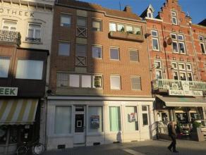 Midden in het stadscentrum van Sint-Truiden, nabij de alom gekende Groenmarkt vinden we ter hoogte van nummer 64 dit ruim appartement.<br /> <br /> He