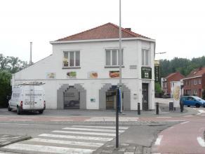 Op de Hasseltsesteenweg in Sint-Truiden ter hoogte van nummer 112 vinden we deze leuke gezinswoning terug. Deze woning situeert zich achter en boven d
