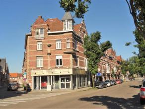 In de Leopold II straat  op nummer 32 vinden we dit ruim appartement terug. Vlakbij bevindt zich het station, het stadscentrum, scholen, fitness, wink