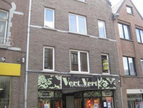 Midden in de drukke winkelstraat van het bruisende stadscentrum van Sint-Truiden, vinden we in de Luikerstraat ter hoogte van nummer 77 dit appartemen