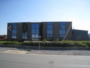 Op het bekende bedrijventerrein van Sint-Truiden vinden we dit zeer ruime kantorencomplex terug.  De nabij liggende expresweg van Sint-Truiden naar