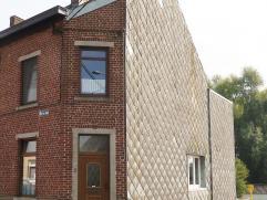 Charmante maison 3 façades située dans un environnement verdoyant proche des axes autoroutiers. La maison a toujours été b