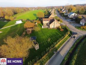 Spacieuse villa idéalement située dans un quartier résidentiel calme avec vue sur les champs. La maison offre de nombreuses possi