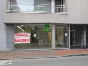 Ruime gelijkvloerse handelsruimte gelegen in het centrum van Roeselare. De handelsruimte heeft een oppervlakte van 65 m² en heeft een uiterst com
