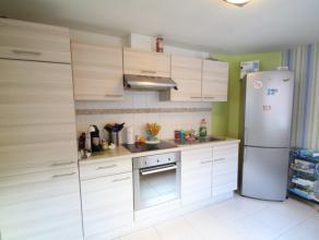 Aangename rijwoning bestaande uit een inkom, ruime woonkamer, ingerichte keuken, nieuwe badkamer met toilet, dubbel lavabomeubel en douche, berging en