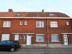 Gezellige tussenwoning met centrale ligging nabij het centrum en de ring rond Roeselare.Er is ruime mogelijkheid om te parkeren in de straat.De woning