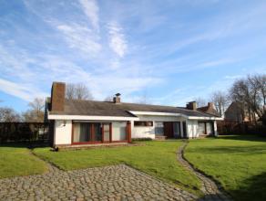 De villa is bereikbaar via een zijtak van de heirweg in Beveren-Roeselare en heeft een zeer rustige ligging. De woning is volledig gelijkvloers en bes