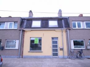 Deze woning is gelegen in de Mandellaan, in de nabijheid van een supermarkt, bakkerij, beenhouwerij... Ook het centrum van Roeselare en Beveren is dic