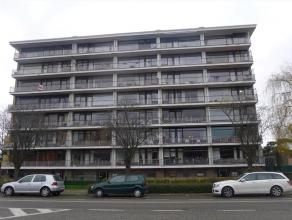 Ruim en lichtrijk 1-slpk appartement te St-Amandsberg Zeer net, ruim en lichtrijk appartement in een mooi gebouw op de 5e verdieping. Uitstekend geleg