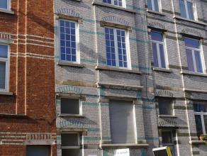 NIEUWE PRIJS !! Ruime op te frissen woning met veel potentieel. Vlot bereikbaar en op fietsafstand van Gent centrum. De woning bestaat uit : een sous-